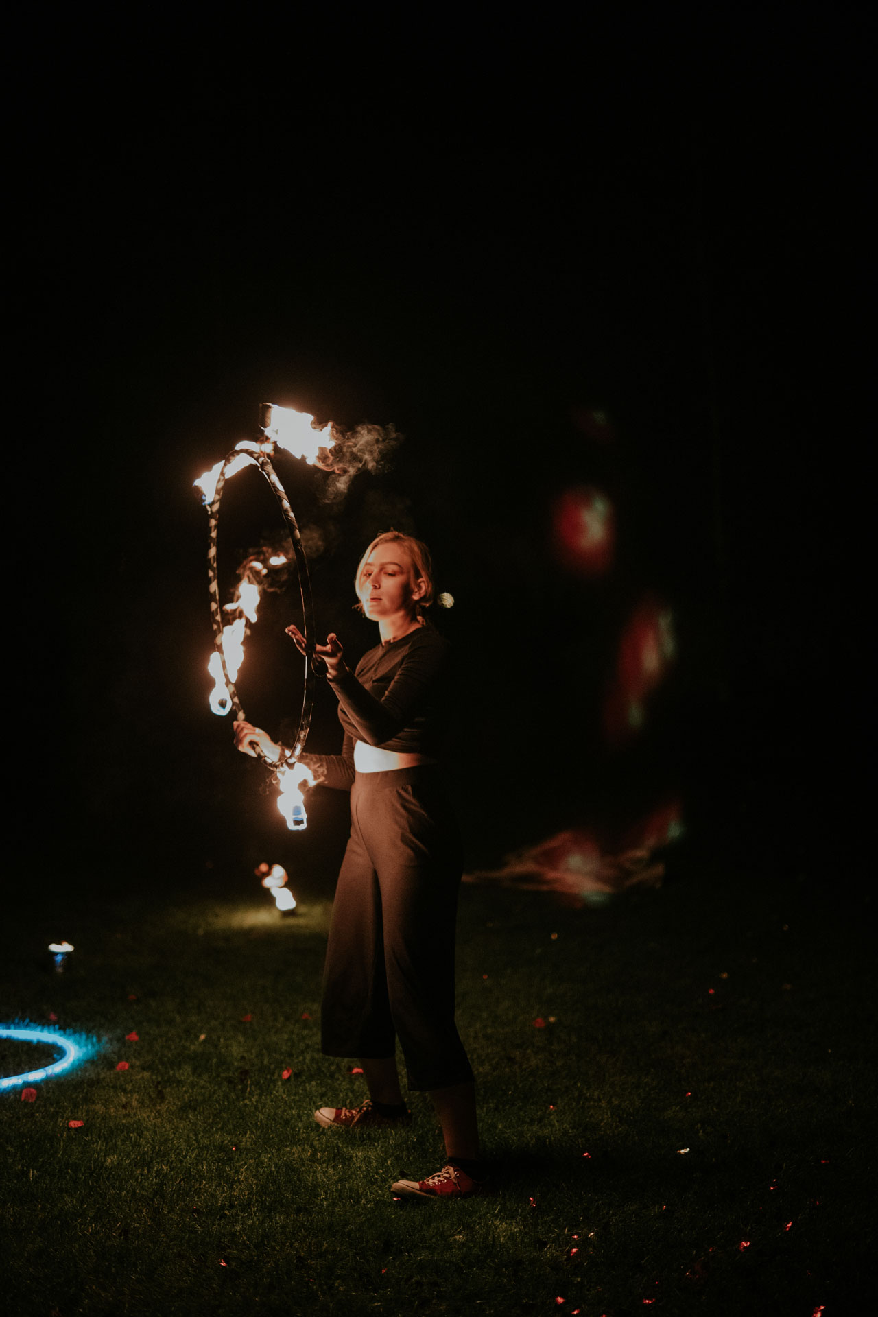 tancerka ognia z hula hoop
